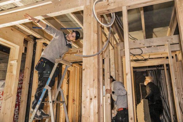 Tøffe tak: Jobben som elektriker krever fokus, og noen ganger litt muskler. Med Xsale unngår håndverkere mange forstyrrelser. Dette øker arbeidskvaliteten og sikkerheten for de ansatte.