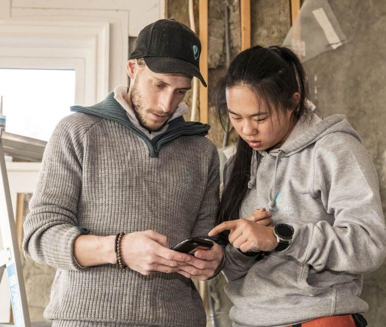 Full oversikt: Elektrikeren Simen Jenssen og lærlingen Helene Huse sjekker Xsale på mobilen. Slik holder de oversikt og unngår mange unødvendige telefonsamtaler for å holde seg oppdatert på prosjektet.